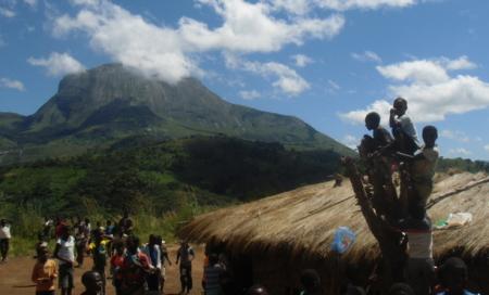 Niños con ganas de jugar en una pequeña aldea de Mozambique.