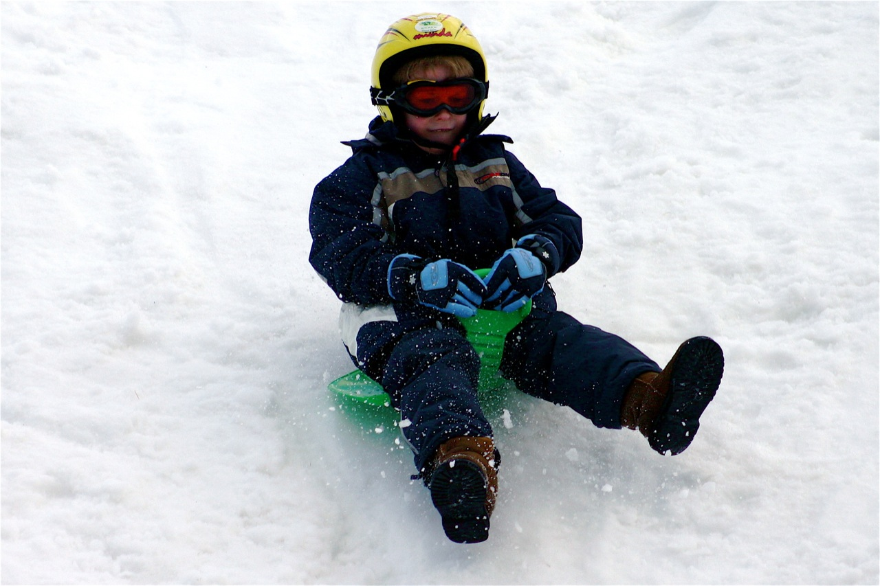 NinÞo perfectamente equipado para la nieve